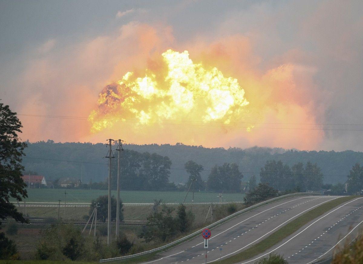 Вибухи на складі боєприпасів у Калинівці / REUTERS