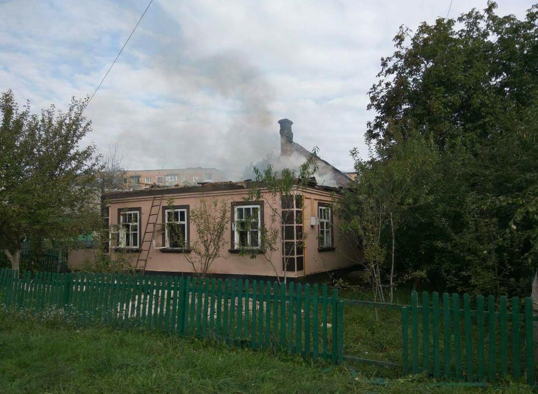 Пострадавший от разлетавшихся с арсенала боеприпасов дом в Калиновке / фото dsns.gov.ua