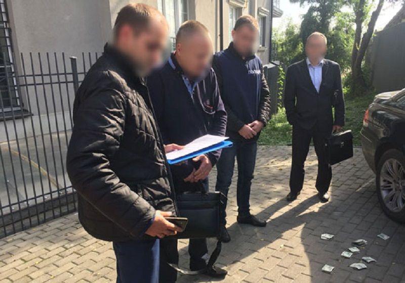 У Волинській області затримали двох адвокатів на отриманні хабара у 2 тис.  доларів і більше 5 тис. грн. Один з них - голова  кваліфікаційно-дисциплінарної ... 5cfc1a4e6c409
