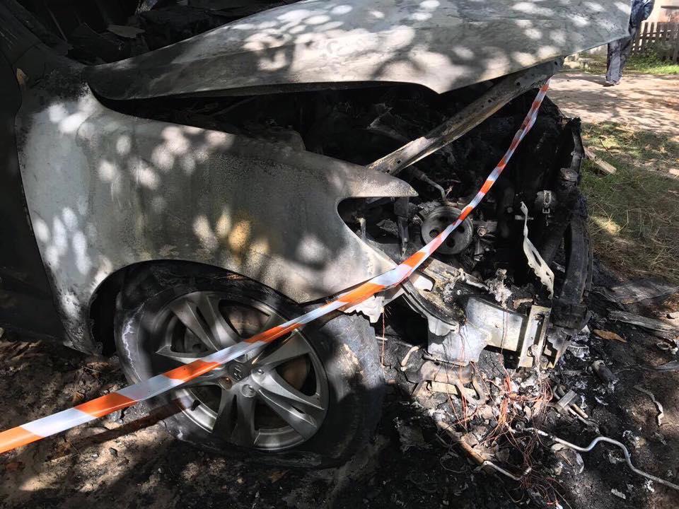 У вогні опинилися капот, двигун і передня панель автомобіля / Facebook Yevheniya Kravchuk
