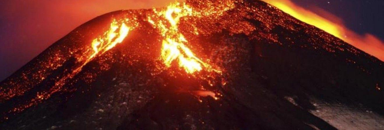 В Італії троє людей загинули, провалившись у кратер вулкана