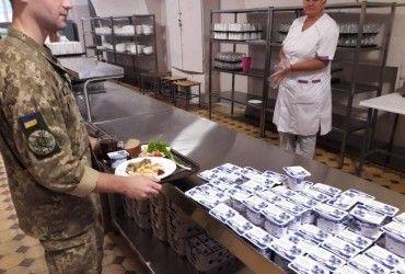 У Міноборони запевняють, що всі військовослужбовці безперебійно забезпечуватимуться харчуванням