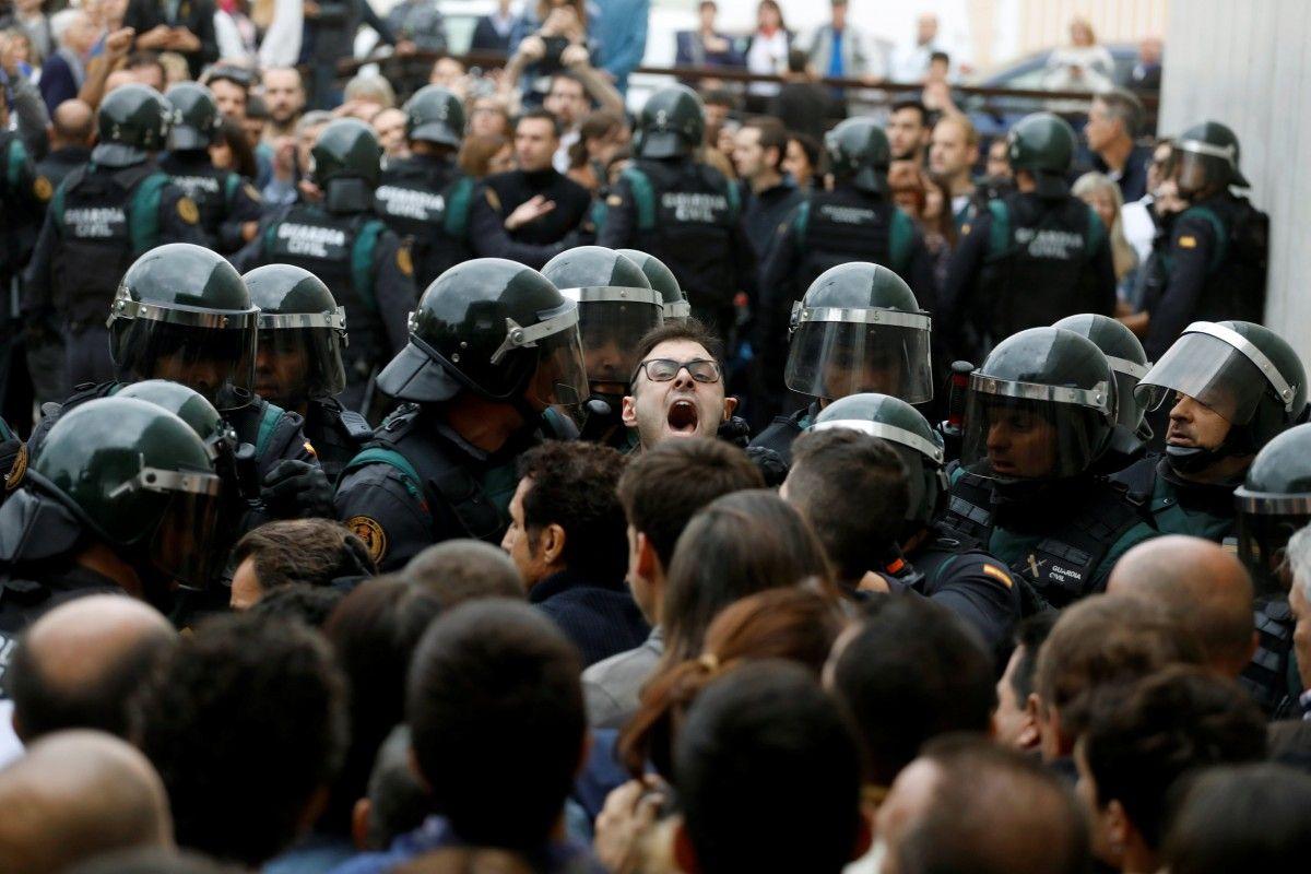ВБарселоне уизбирательных участков собрались очереди