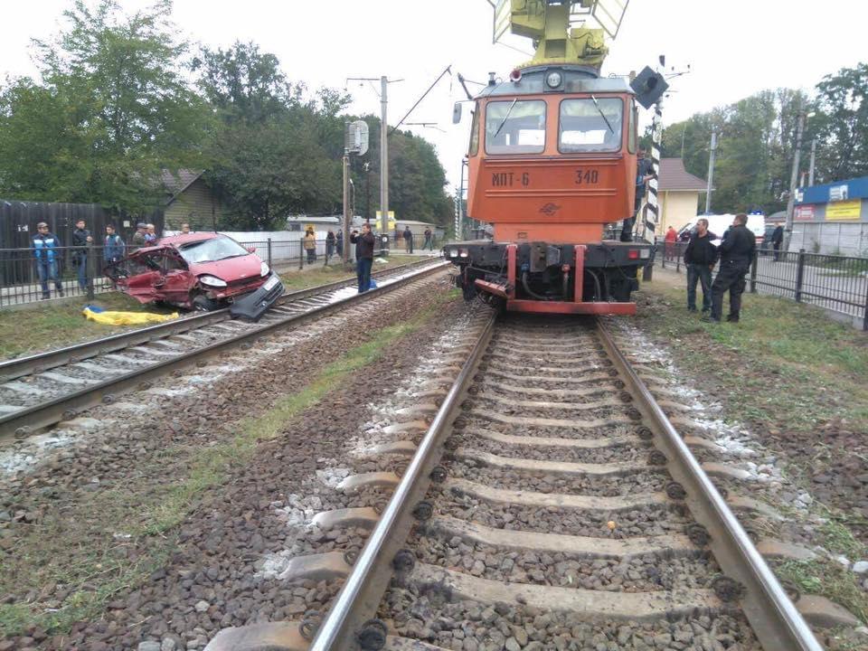 НаКиевщине легковой автомобиль таранил поезд, необошлось без жертв