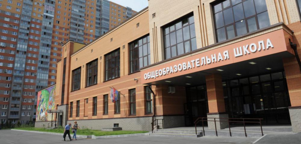 У Росії школярок усунули від уроків за пофарбоване волосся / фото BaltNews.ee