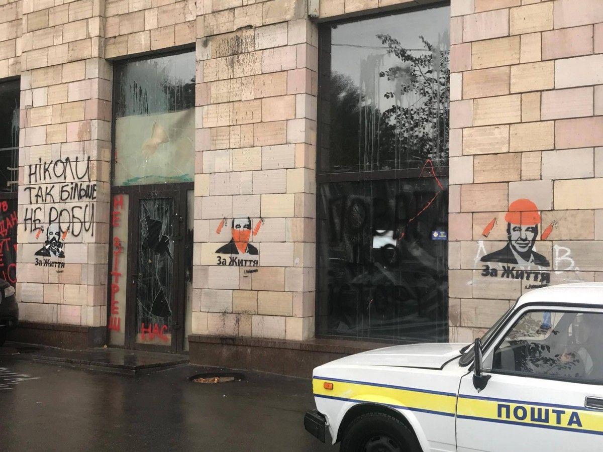 На месте уничтоженніх граффити появилась политическая реклама / фото Sergey Naumovich, Facebook