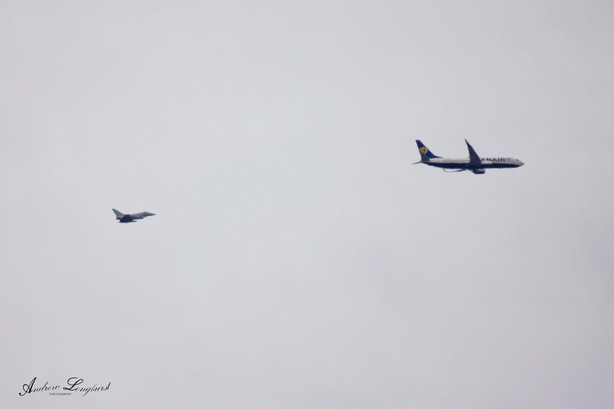 Самолет сопровождали истребители / фото twitter.com/AndyLonghurstUK