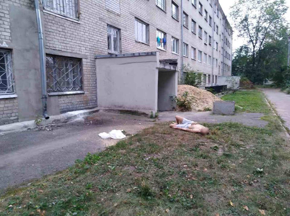 Тіло хлопця виявили біля будинку / facebook.com/police.kharkov