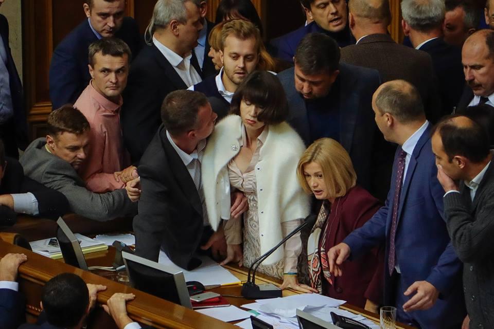 Депутаты заблокировали президиум парламента / фото Hanna Hrabarska