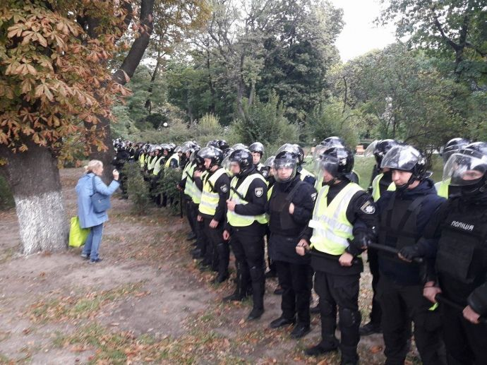 Полиция оцепила митингующих / фото pravda.com.ua