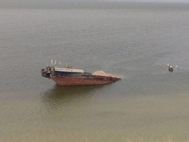В Херсонской области затонула самоходная баржа