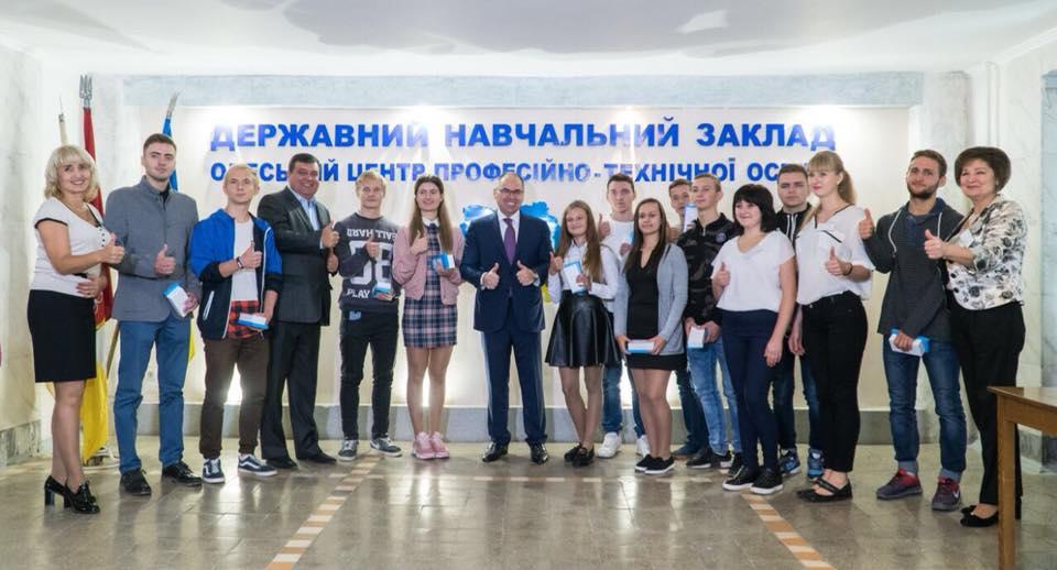Степанов вручил смартфоны ученикам / фото facebook.com/StepanovMV