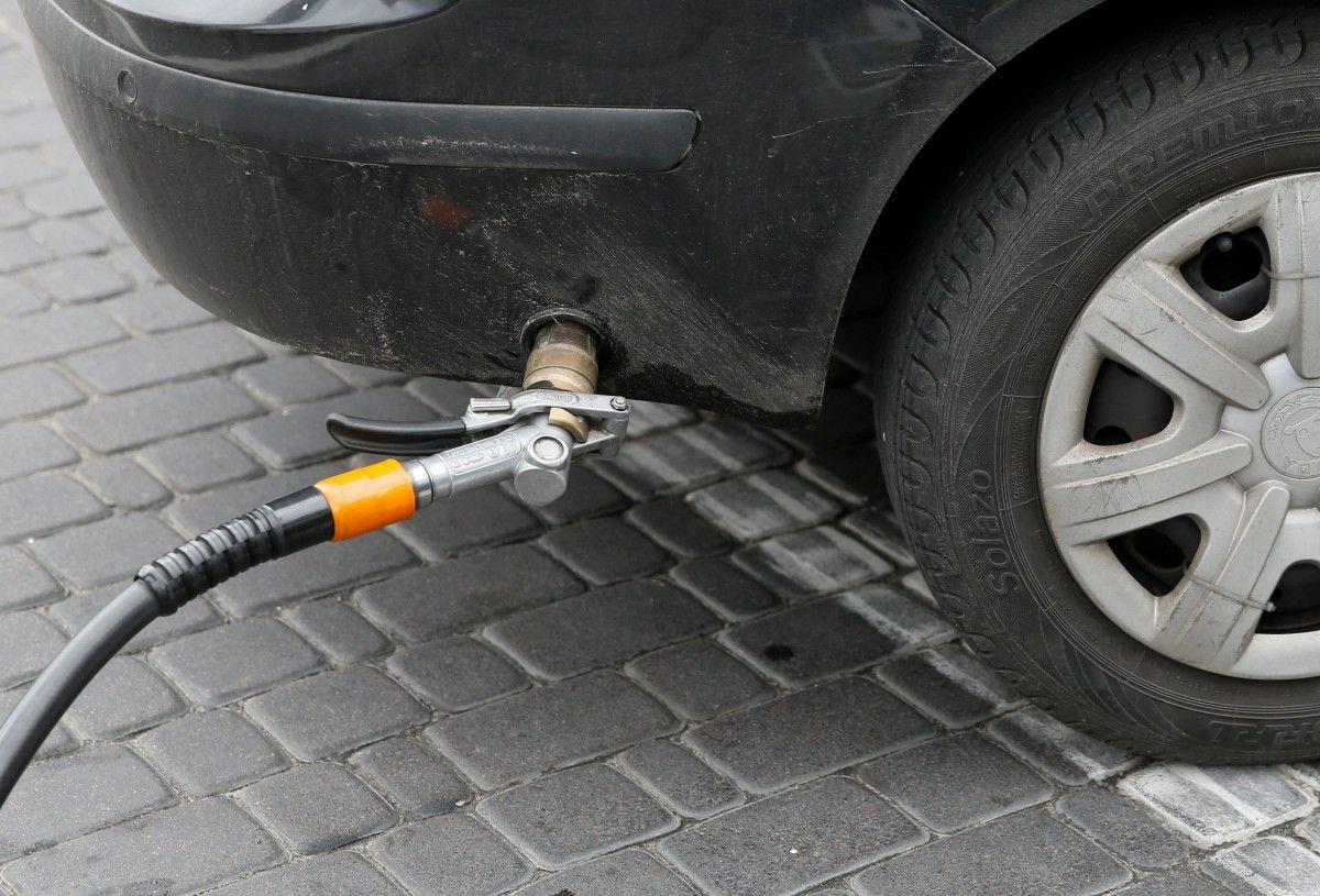 Дешевый российский автомобильный газ в силу низкого акциза вытесняет бензин /REUTERS