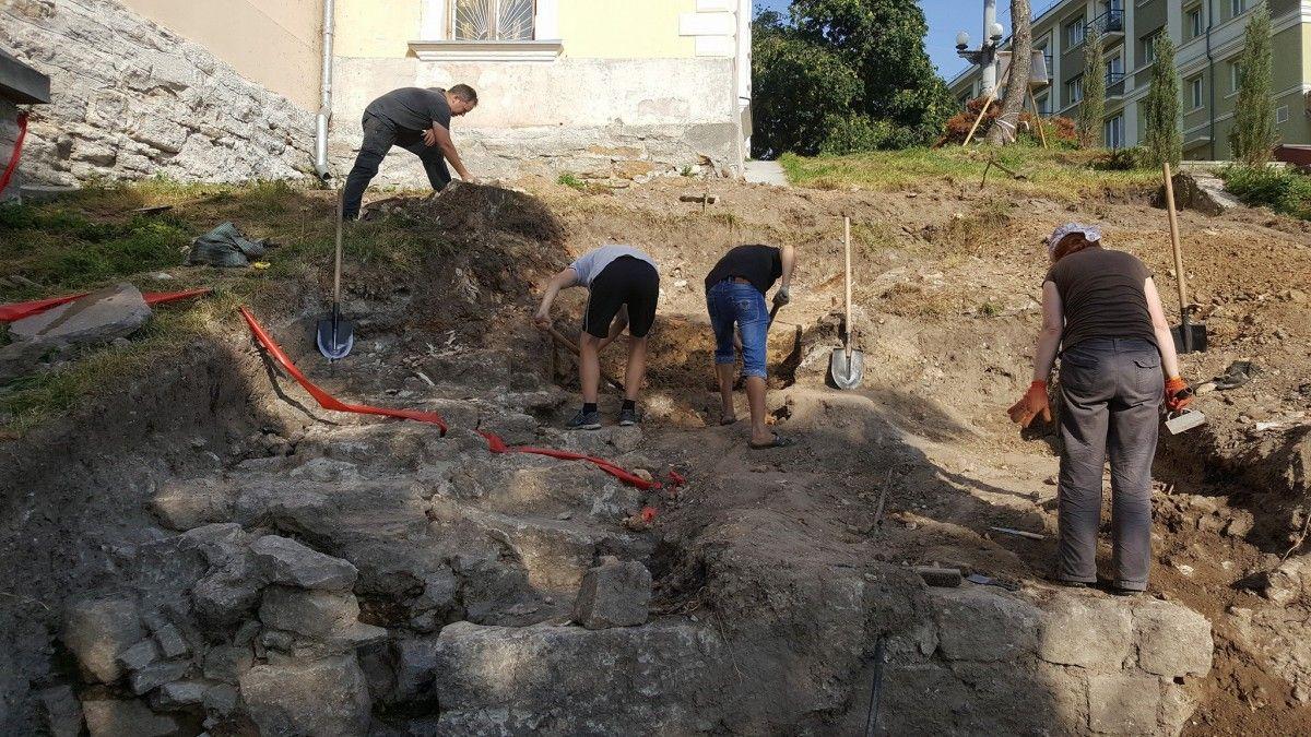 Під час розкопок біля замку виявили стародавні мури, їх планують накрити склом і облаштувати підсвітку / фото Андрій Кір