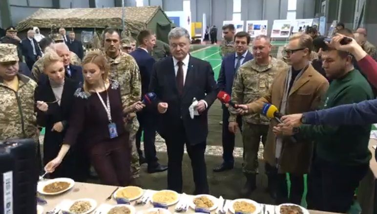 Порошенко скуштував солдатські страви / Скріншот