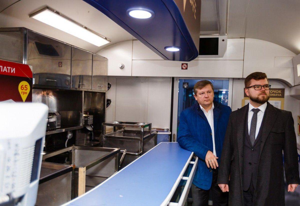 Керівник Укрзалізниці Євген Кравцов перевірив стан вагонів-ресторанів в поїздах