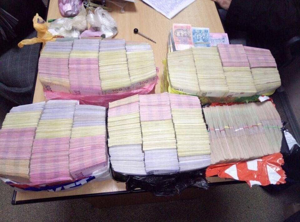 Було вилучено готівкові кошти в сумі 8,2 млн грн / фото facebook.com/LarysaSargan