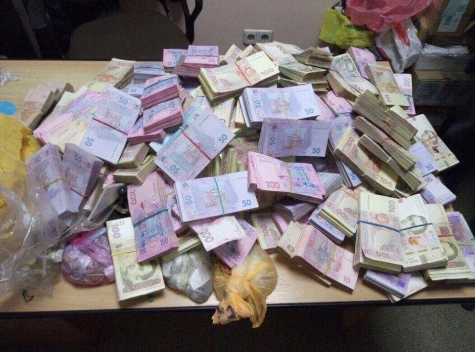 Изъятые деньги / фото facebook.com/LarysaSargan