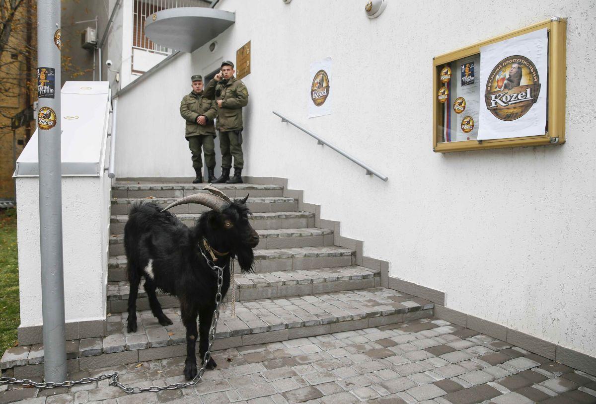 Акція під посольством Чехії / REUTERS