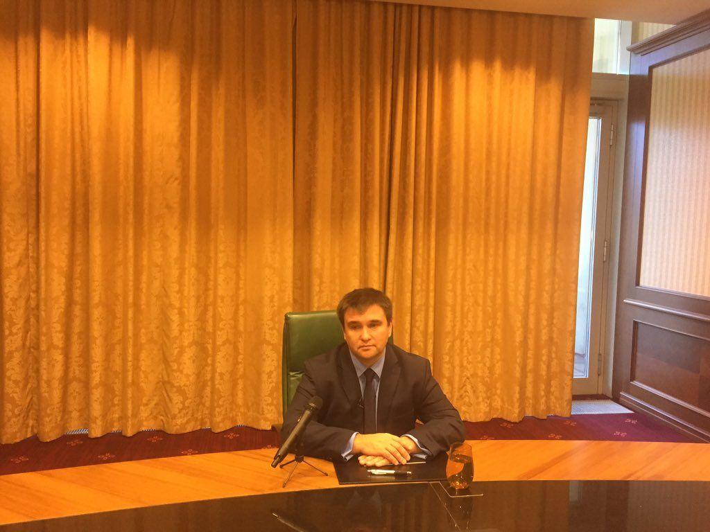 Зранку Павло Клімкін дає інтерв'ю румунським ЗМІ / фото twitter.com/mariana_betsa