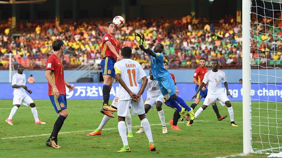 Футболисты Нигера (в белой форме) могли умышленно изменить дату рождения / fifa.com