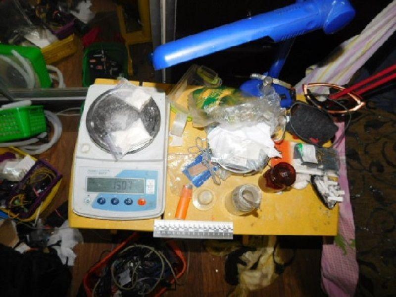 Окрім приладдя та препаратів для виробництва психотропної речовини, правоохоронці знайшли у шафі та вилучили гранату РГД-5 / Фото npu.gov.ua