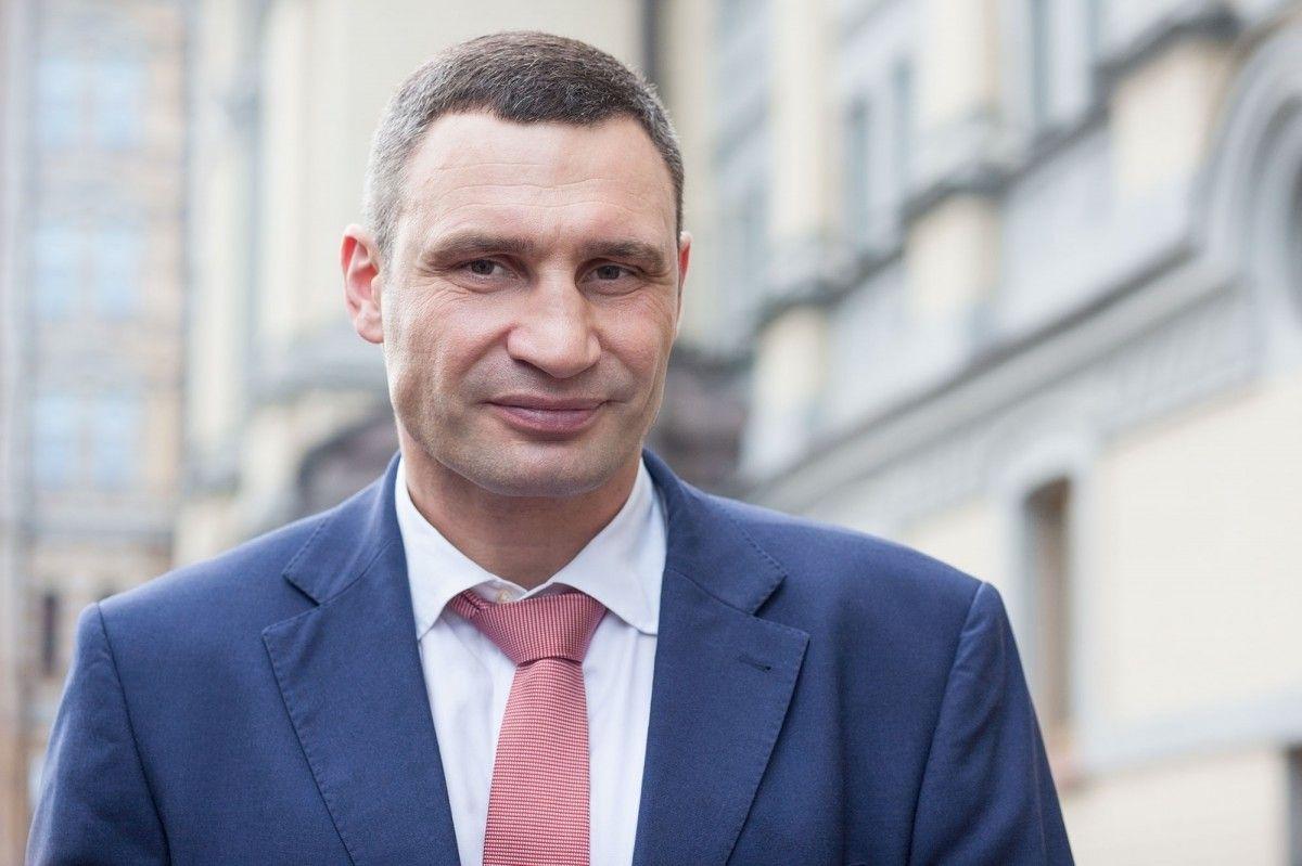 Міський голова також вручив сертифікати на 27 квартир  / фото kiev.klichko