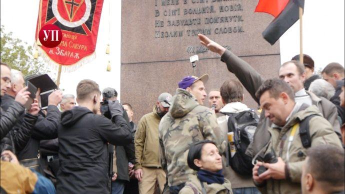 У центрі Києва затримали чоловіка за нацистське вітання (фото, відео)