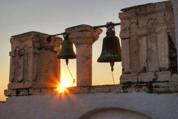 Закон осмене пола: вГреции священники будут неделю бить вколокола