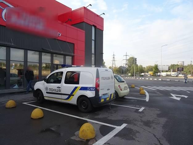 Крадіжку помітили охоронці супермаркету, які затримали правопорушників і передали їх поліцейським / Фото kyiv.npu.gov.ua
