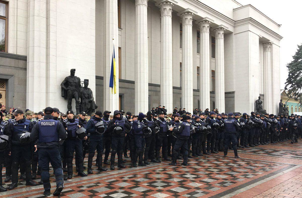 Сьогодні в урядовому кварталі було посилено охорону / фото @chesno_movement