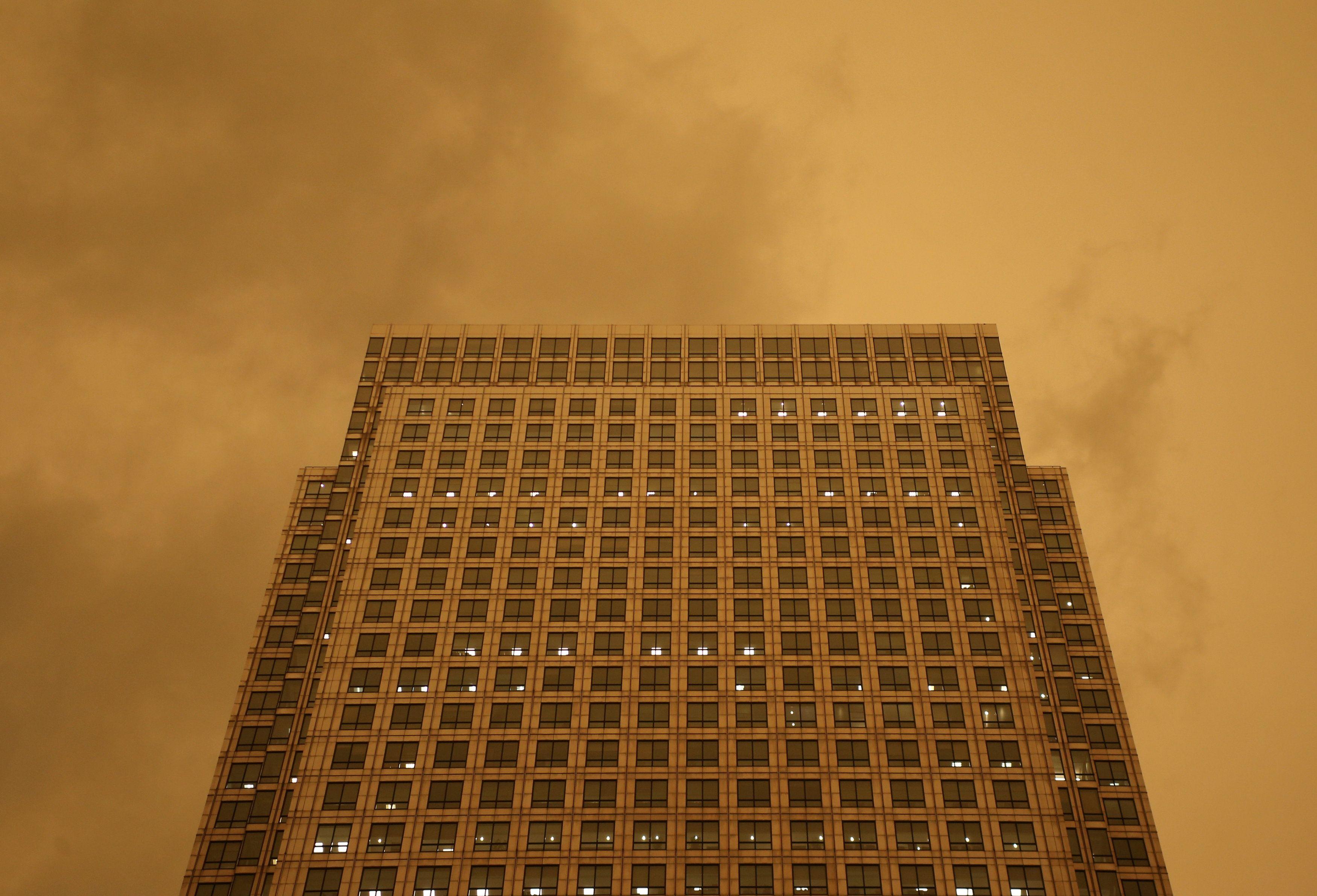 Кроме непогоды, ураган принес в Британию рыжий пепел, которым затянуло небо / фото REUTERS