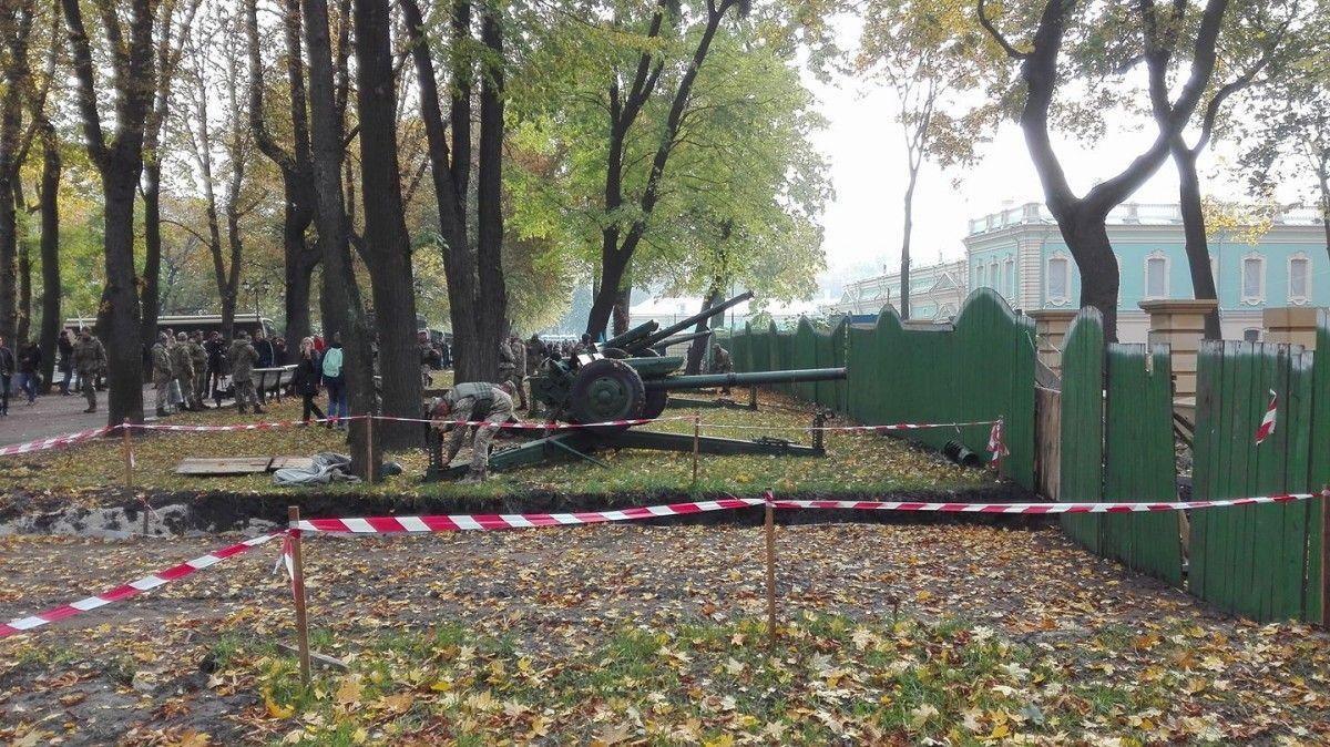 Также стоят металлоискатели, военные автомобили и техника / фото Максим Руденко facebook