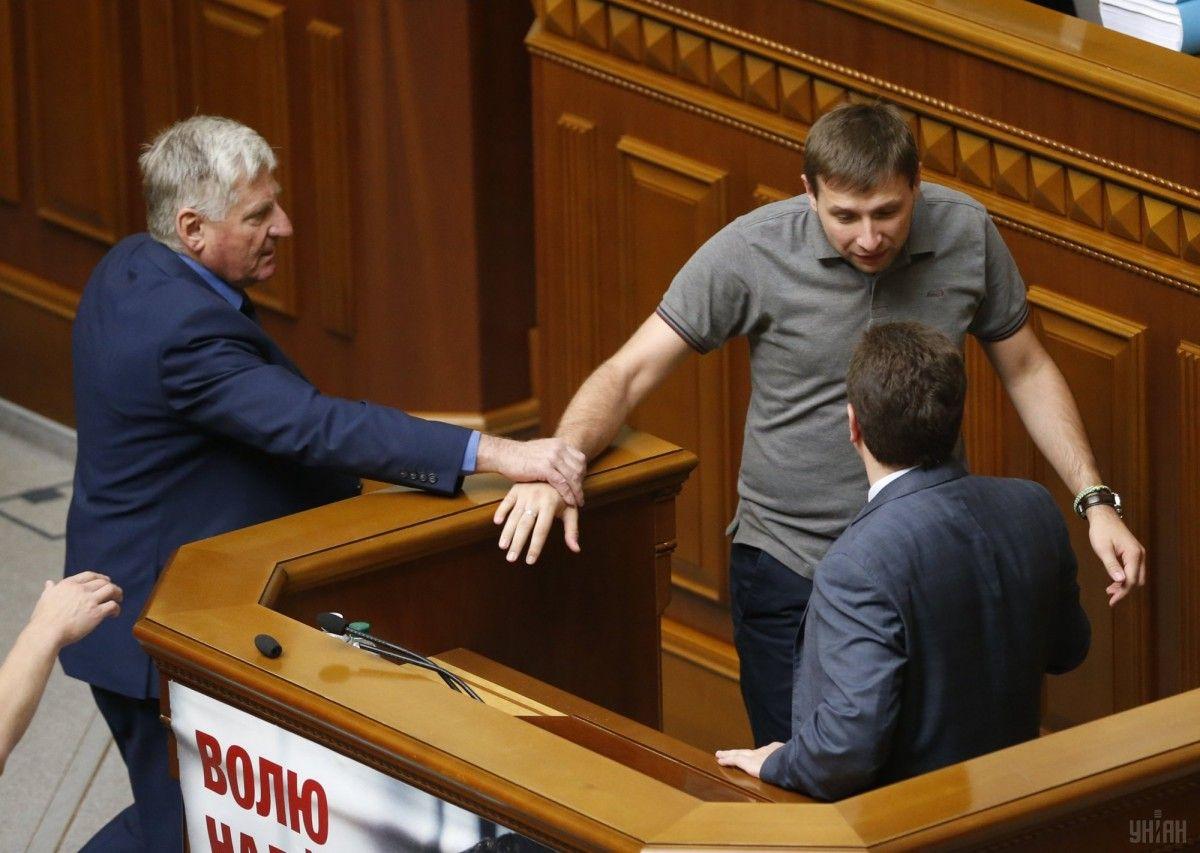 Депутат Парасюк отличается экспрессивностью и уже не впервые распускает ноги / фото УНИАН