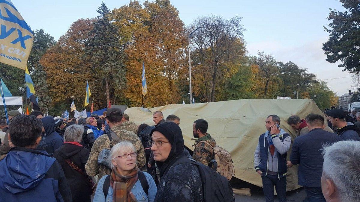 ВКиеве движение наулице Грушевского заблокировано палатками протестующих