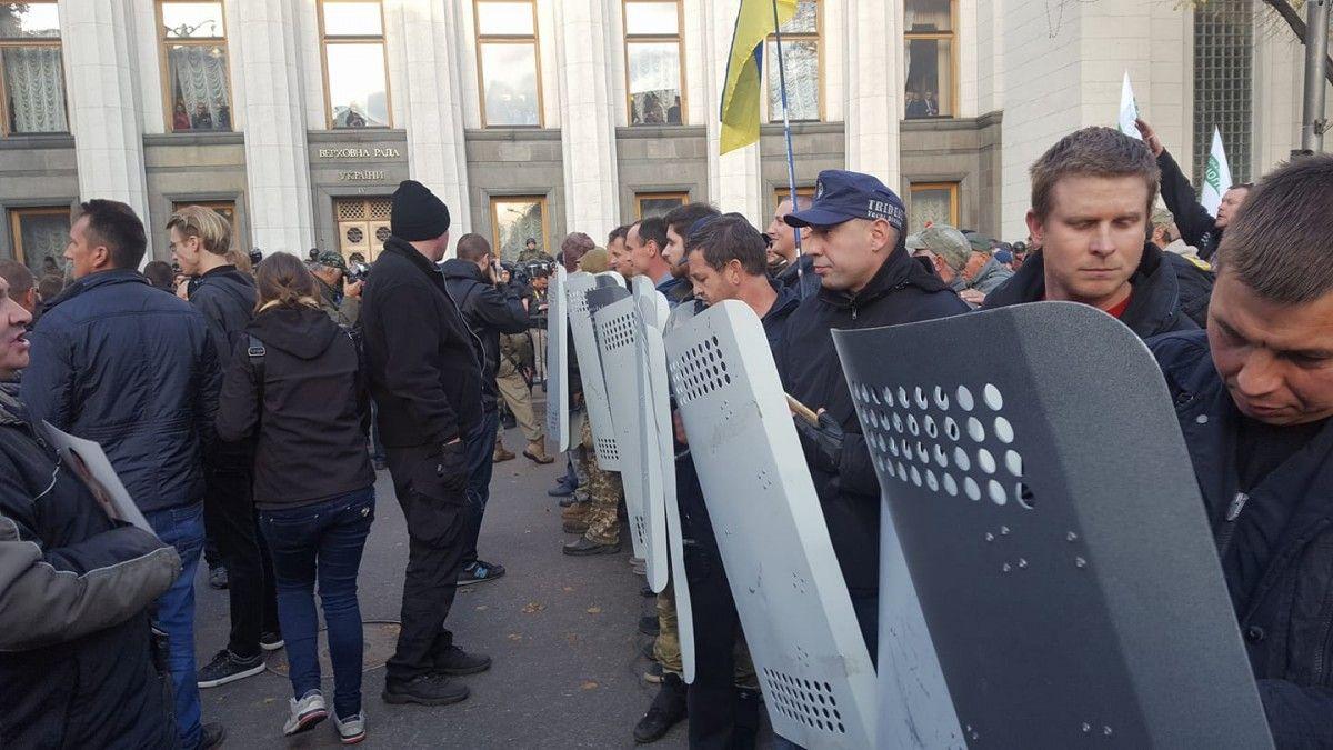 Щити правоохоронців були заховані за автобусом / фото facebook.com/kristina.berdinskikh