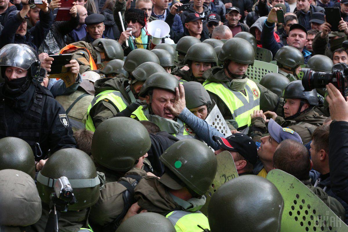 Учасники мітингу під Верховною Радою відбирали щити у Нацгвардії / фото УНІАН
