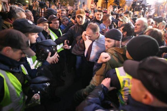 На Барну напали біля парламенту / фото УП, Дмитро Ларін