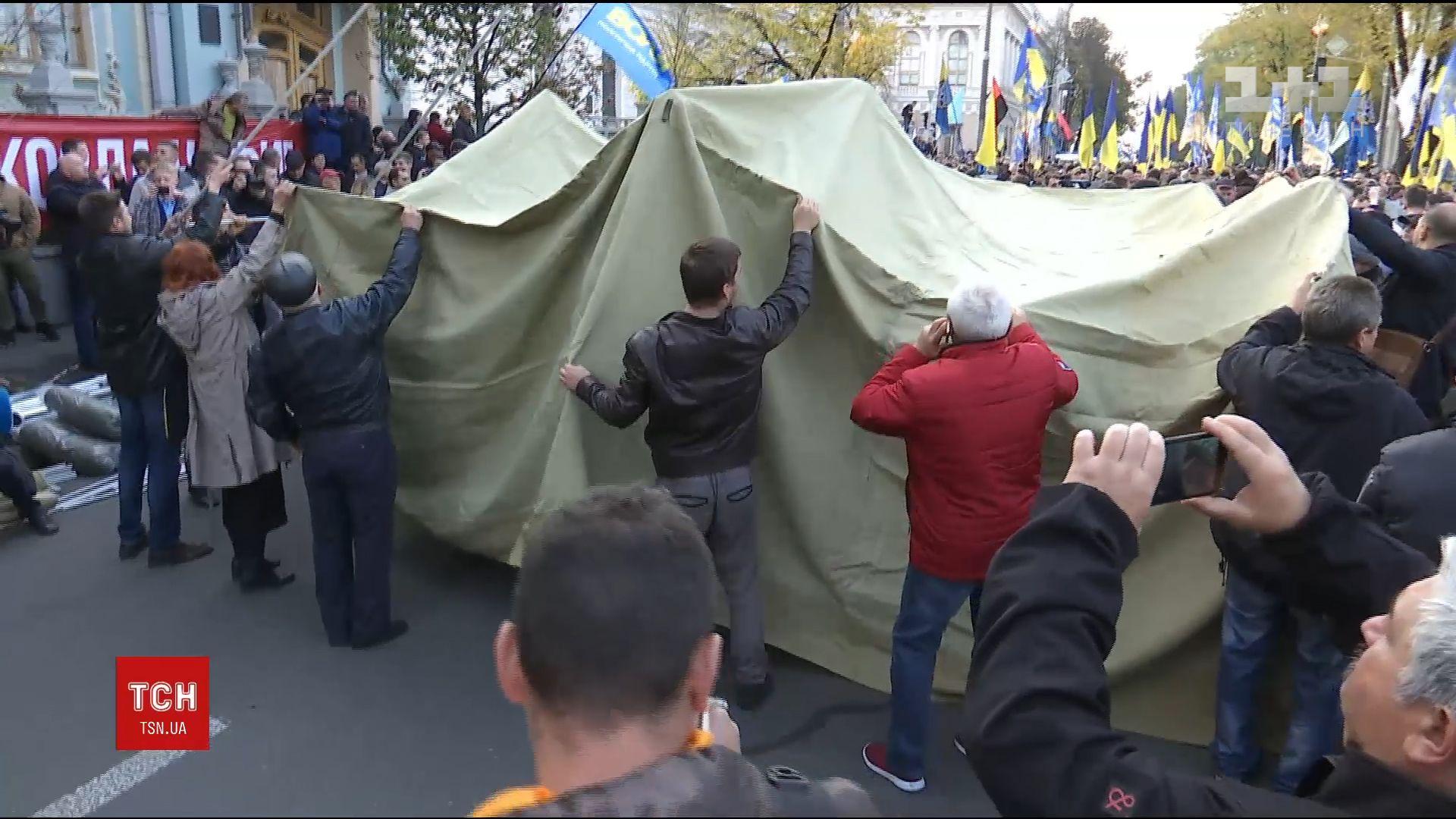 Активисты также заявили, что некоторые политики раздают деньги вблизи палаточного городка / скриншот