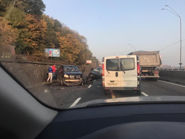 В Киеве из-за ДТП на Набережном шоссе, где проходит ремонт, произошел транспортный коллапс