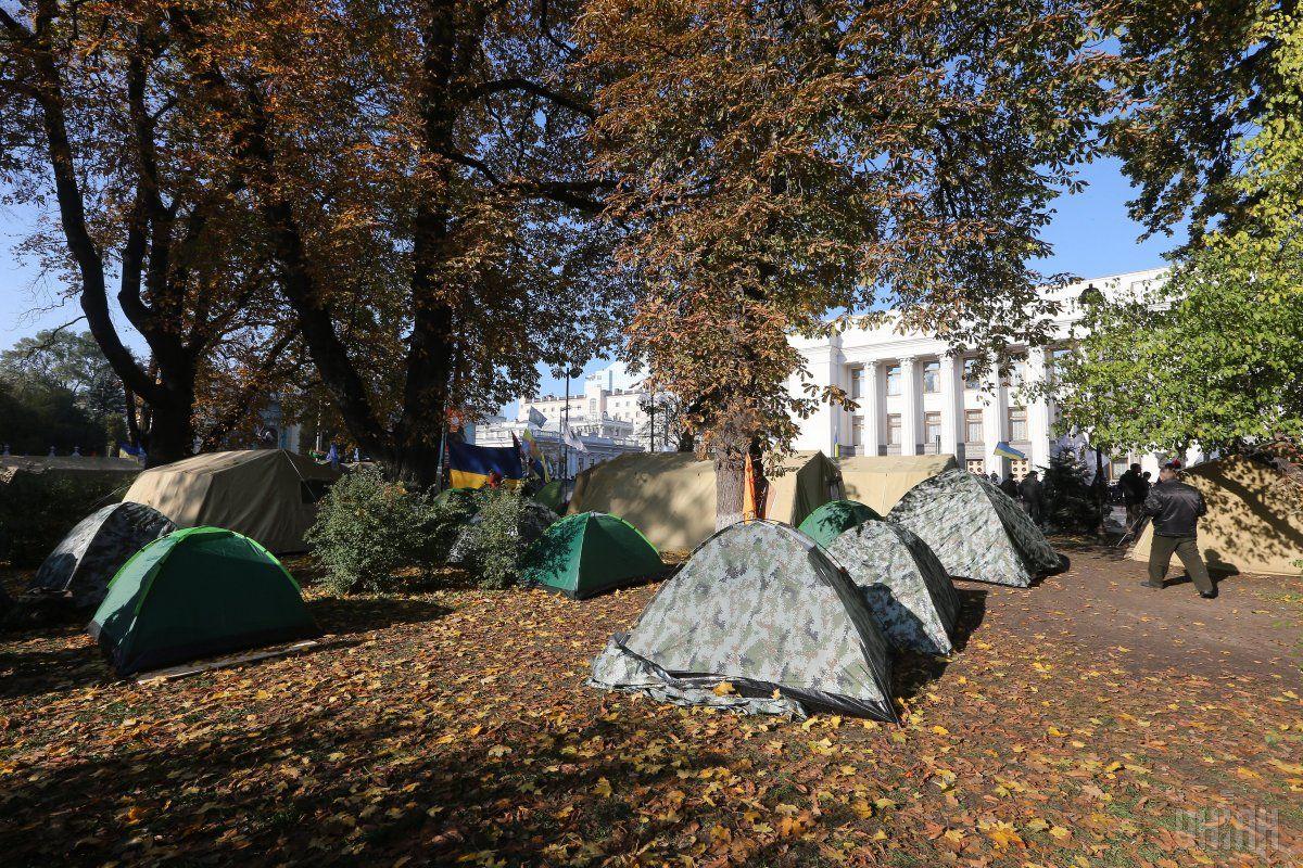 Проїжджу частину вулиці Грушевського просять звільнити від наметів мітингувальників / фото УНІАН