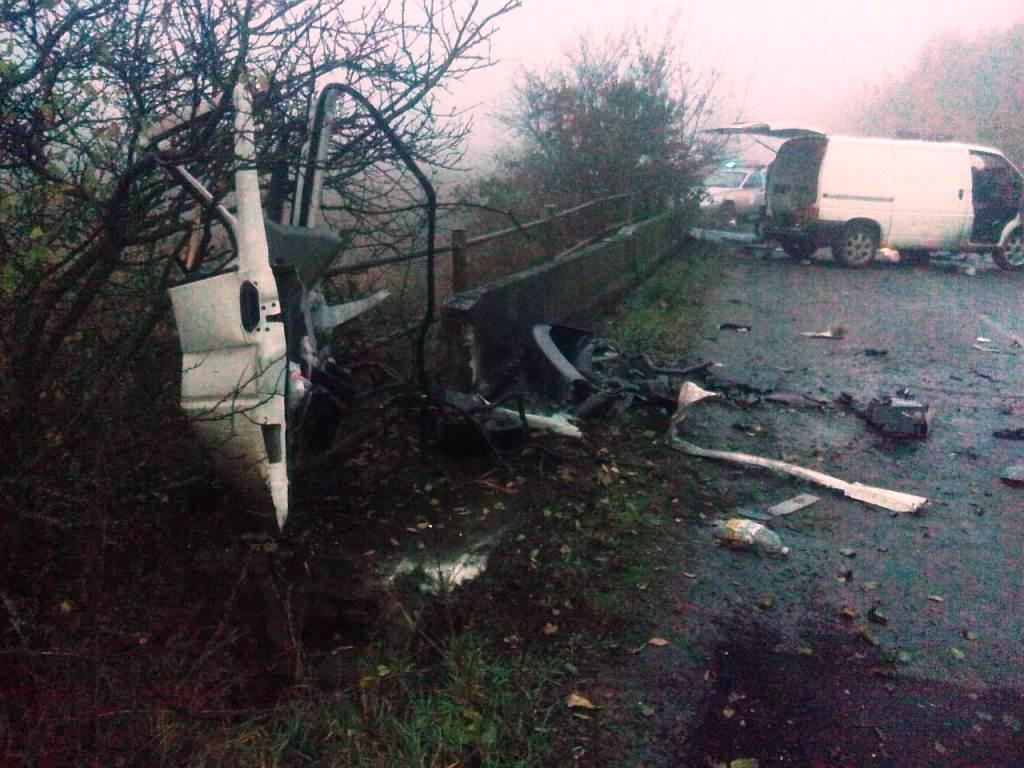 ВЖитомирской области микроавтобус врезался вотбойник, есть погибшая