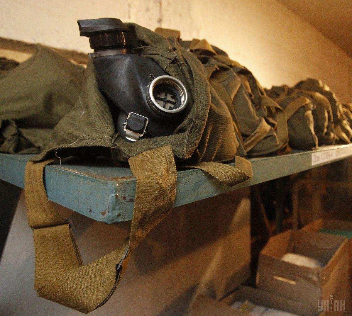 Промышленную зону оцепили полицейские в противогазах / фото УНИАН