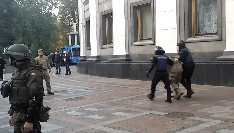zik.ua Під час спроби штурму наметового містечка під Радою поліція затримала  активістів (відео) c1866a295798b