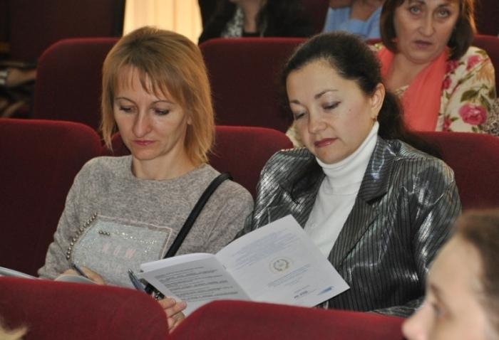 Учасники обговорять питання розвитку ступеневої медсестринської освіти / фото oda.zt.gov.ua