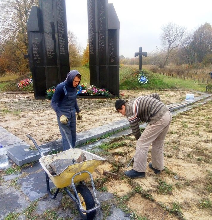 Уже приступили к выполнению работ по укреплению крестов, курганов, замены плитки, далее – освещение и ограждение / фото facebook.com
