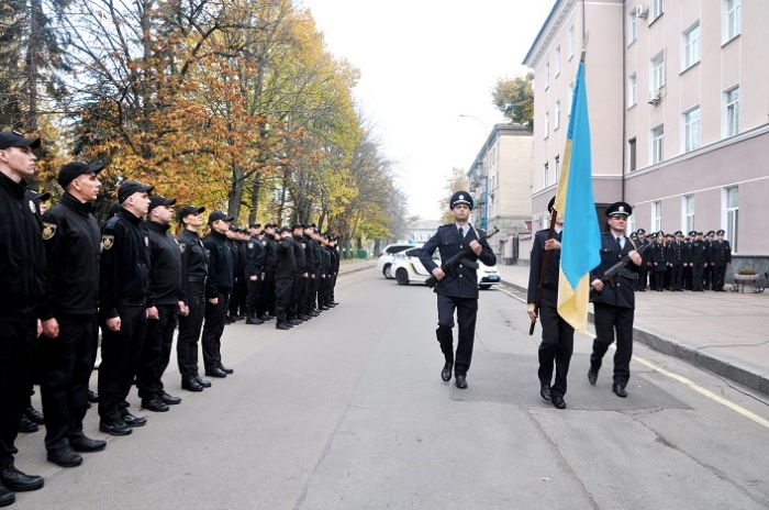 После принятия присяги будущие полицейские сделали совместное фото / фото oda.zt.gov.ua