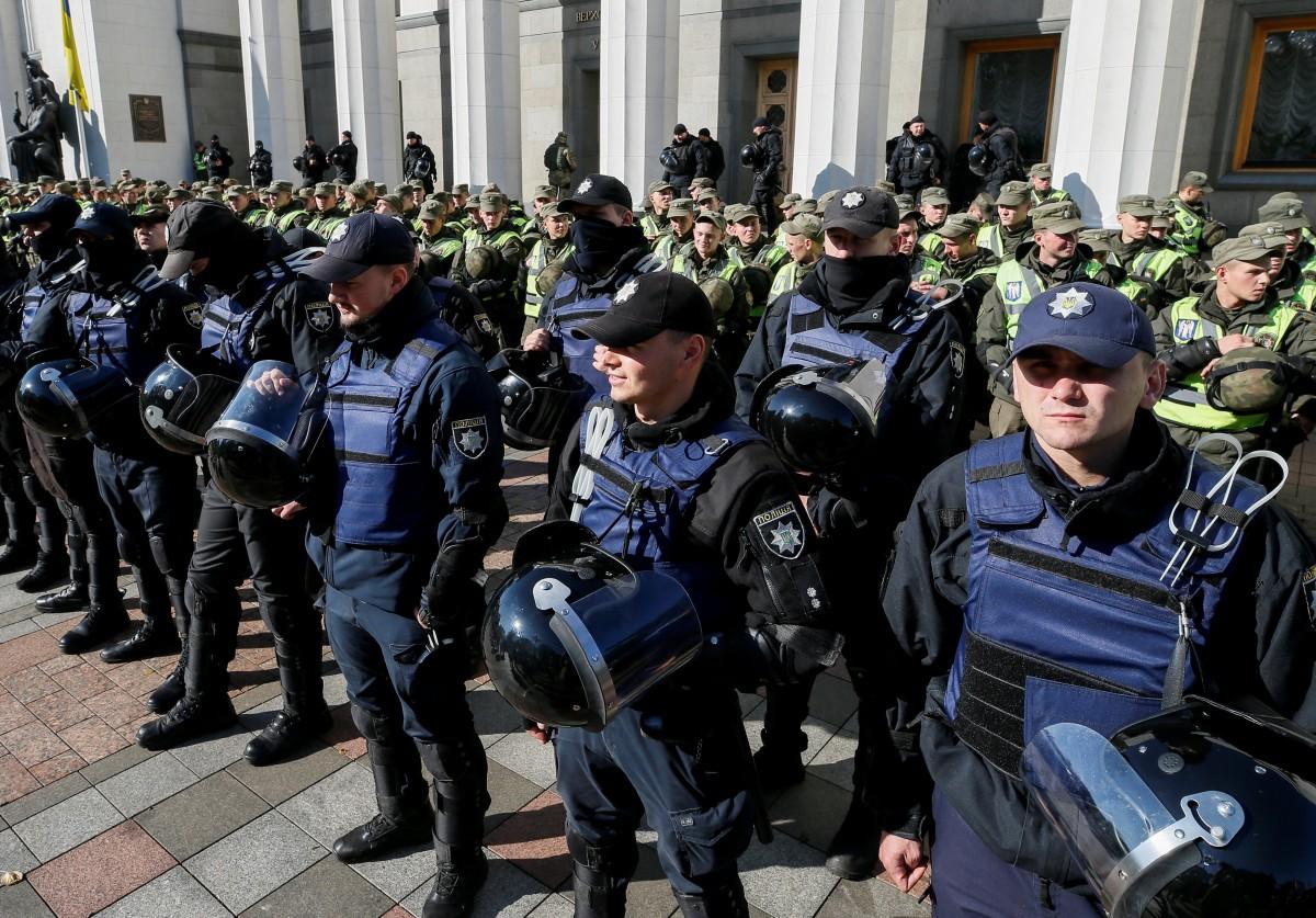 Правоохранители возле Рады / REUTERS