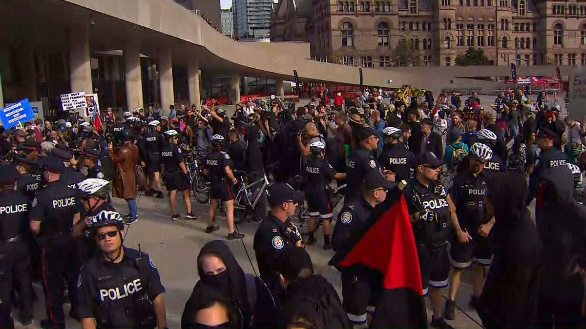 В Канаде произошли стычки между антифашистами и противниками Трюдо / фото twitter/CTVToronto