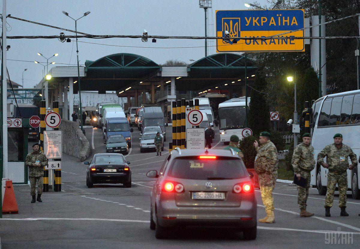 На украинско-польских пропускных пунктах - километровые очереди / фото УНИАН
